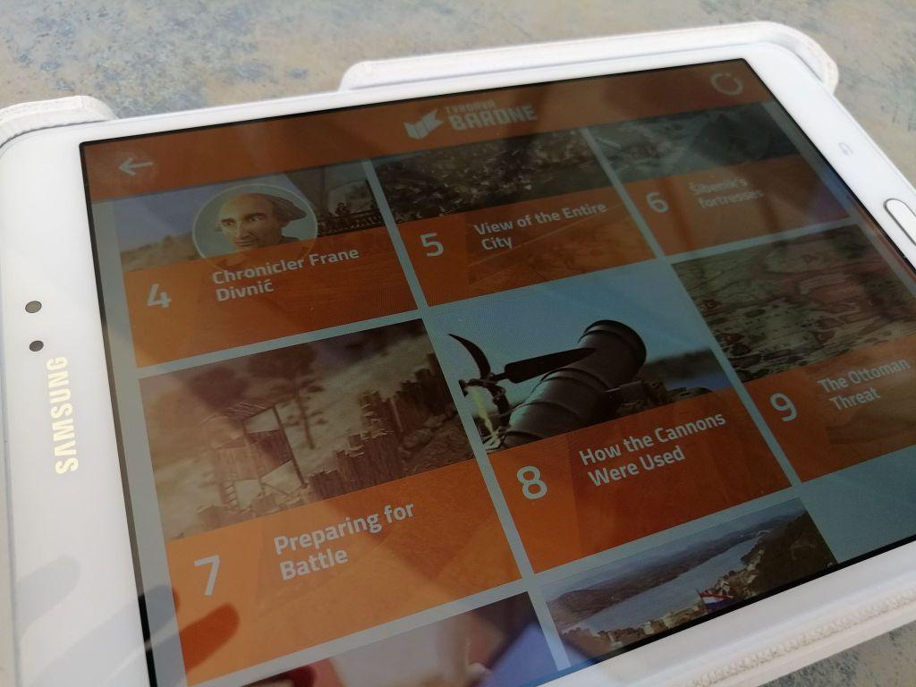 Tablet z aplikacją AR&Video - muzeum w twierdzy Barona, Szybenik, Chorwacja